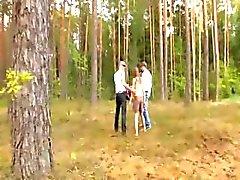 Amateur ranskalainen kolmikko metsässä