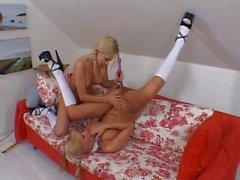 des blondes de lesbiennes pigtailed