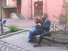 Tipo joven Rusa con la su novia y la mamá