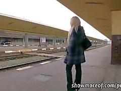 Busty sarışın hatun parayı alır ve bir tren tuvalet creampied