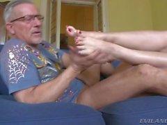 Sexig brunett blir hennes fötter knullad av Gamla grabben