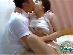 Asyalı KızRoo InBed On Fucked Onun Göğüsler Rubbed Ayakları Başlarken