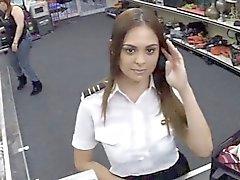 Горячие стюардессы трахает пешечной человеку в туалете