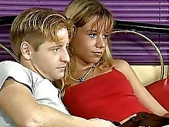 Im Hotel bumst eine reife Blonde einen jungen Bengel