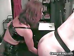 Sıcak seksi esmer MILF kötü civciv