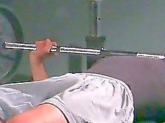 Gayvänligt foten fetisch i gymmet ovanför hantlarna