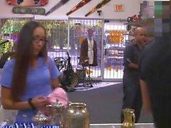 Infermiere reale negozio di pedone mostra il suo culo