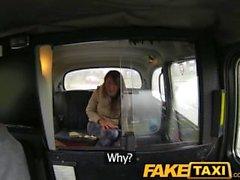 FakeTaxi Karvaisia ruskeaverikkö ei sukupuolen kanssa taksinkuljettajaa