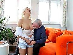 Karol Lilien jugosa y Tenso Con Un Anciano