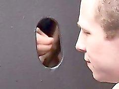 De Cody Marsh arrodillándose ante la pared del glory holes , sorbiendo
