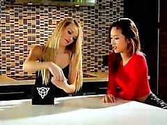 Carmen und Alina im heißen wilder Lesbischer Sex