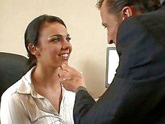 Amt Dirne Tiffany Taylor wird hart auf den Bürofußboden nach ihren geilen Chef durchgefickt