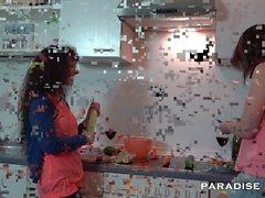 Tedesca lesbica facendo fuori della cucina
