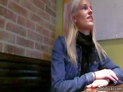 Blondie amamteur avrupa bebek cafe tuvalete çarptım alır