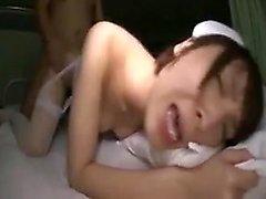 La magnifique infirmière japonaise en lingerie est battue en profondeur et f