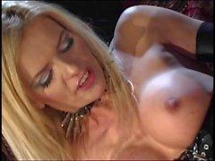 Потрясающая блондинка в черном латексе получит глубокую бурения на диване