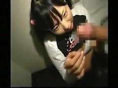 Pigtailed adolescente japonês trabalha suas mãos e lábios em cada i