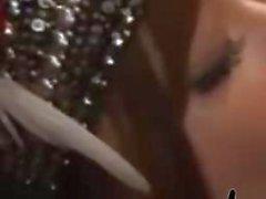 Азиатская девушка с Индийский головной убор Давая Blowjobs Для получения 2. Парней не кончает в уста на этаже в РОО