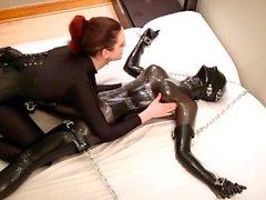 Savannah chatouille, tortures et étouffe une fille en caoutchouc enchaînée