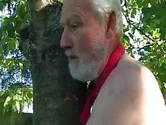 Böse alten Mann bumst nackte Küken in mittleren Jahren Central Park