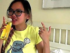 Busty étudiant asiatique obtient massage huilé