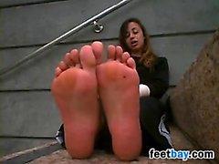 Ziemlich arabischen Mädchen zeigt ihre Nackten Füßen
