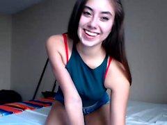 Avsugning från en het brunett amatör flickvän på webbkamera