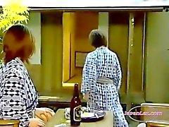 2 Asyalı Kadınlar yalama ve parmak Pussies 69Roo yılındaBattaniye On Strapon Fucking With