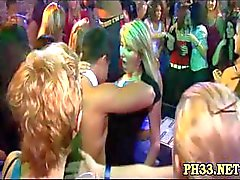 Harde kern groepsseks in nachtclub