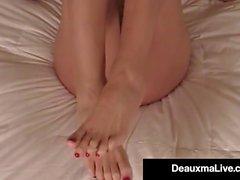 Mature Milf Deauxma montre les pieds et les semelles des orteils au lit nu!