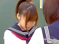2 de escolas Kissing Acariciando ao estar na Classroo