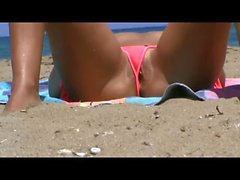 Voyeuring cute wet pussy at the beach