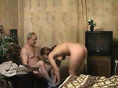 Kåta gamle mannen är ett fantastiskt ungt Sötnos blowing och rida hans kran