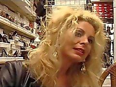 Euro Milf Alessandra Schiavo fickt die Schuhverkäufer