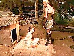 Hot älskarinna leker med ung slavegirl