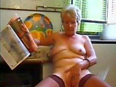Granny i strumpor Spelar i köket