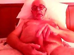 Yaşlı adam jerkin ve camda kimyon