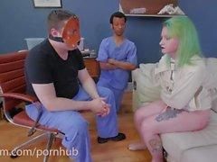 Um pirralho é punido e colocado em seu lugar na ala psiquiátrica