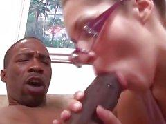 Fille mignonne de papa baise la plus grosse bite interraciale!