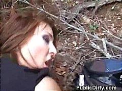 Brunette Doggystyle En Titty Fucked buitenshuis in het openbaar