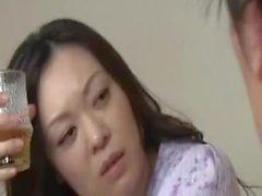 Japanische Mutter mit Sohn trinken und ficken