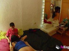 Babysitter apprend à Jordi comment se masturber