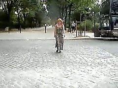 nue sous sa robe transparente