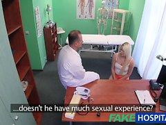 FakeHospital doktors hjälper till att blondinen få en våt fitta