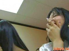Betrunkene Mädchen saugt die Hähne