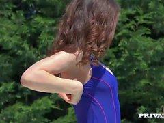 Giocherellona di Ally Breelsen Goes sportello automatico con il suo addestratore