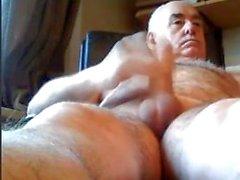 дедушка играет на веб-камере