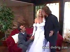 Missy Monroe Gerade verheiratet und feiert die Event Werbe fucking Ihr neuer Ehemann und die besten Herren in der gleichen Zeit Threesome Abspritzen Anale