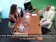 Busty brunette baise médecin pour un emploi d'infirmière