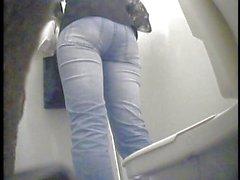 Girls orinando en la una sala de descanso